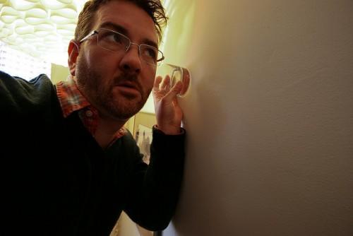 夫が妻の浮気を疑っているときにとる行動